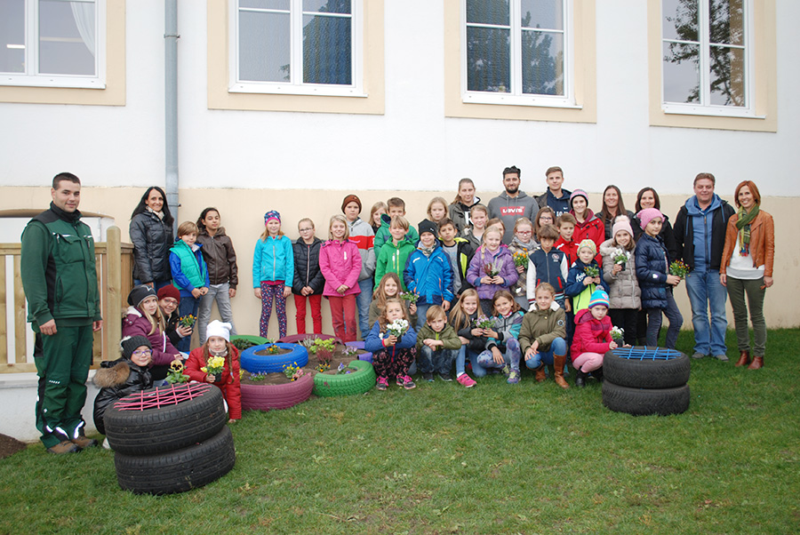 Schülerinnen und Schüler der 5AK mit Kindern der Volksschule