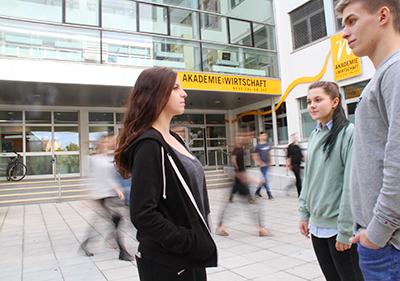 Schülerinnen und Schüler vor dem Eingang der HAK Neusiedl am See
