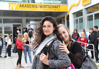 Zwei Schülereinnen vor dem Eingang der HAK Neusiedl am See