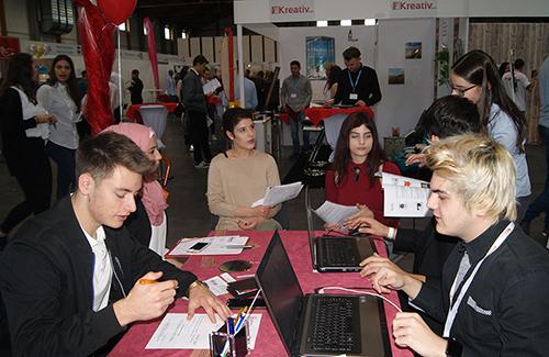Schülerinnen und Schüler bei der Übungsfirmenmesse in Sinsheim