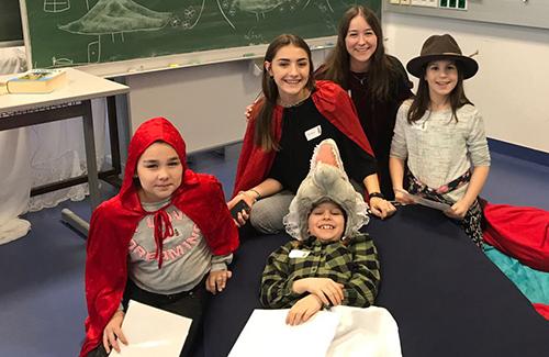 Schülerinnen und Schüler als Märchenfiguren verkleidet