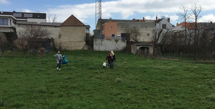 Zwei Schülerinnen bei der Flurreinigung HAK Neusiedl