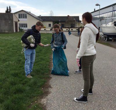 Schülerinnen und Schüler bei der Flurreinigung HAK Neusiedl