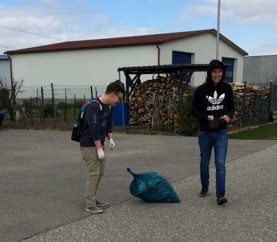 Zwei Schüler bei der Flurreinigung HAK Neusiedl
