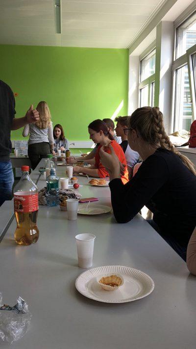 Schülerinnen nach der Flurreinigung HAK Neusiedl