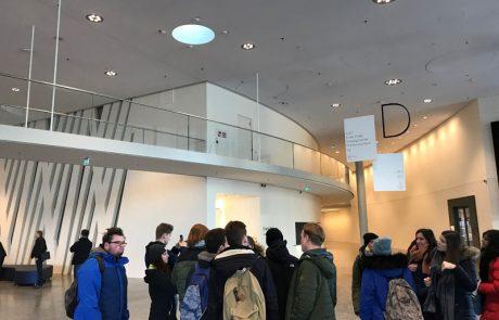 Schülerin und Schüler im Eingangsbereich im flip-Museum