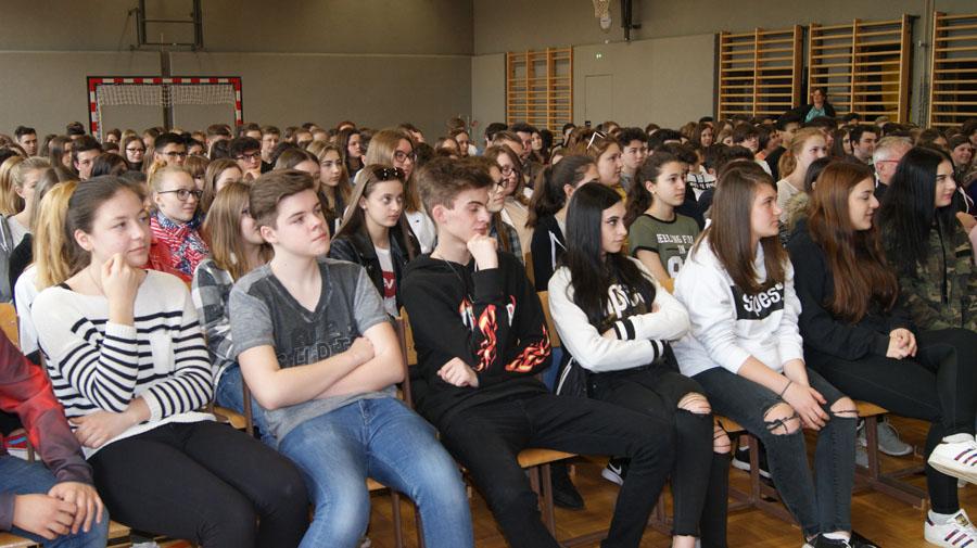 Schülerinnen und Schüler beim Kabarett in der HAK Neusiedl am See