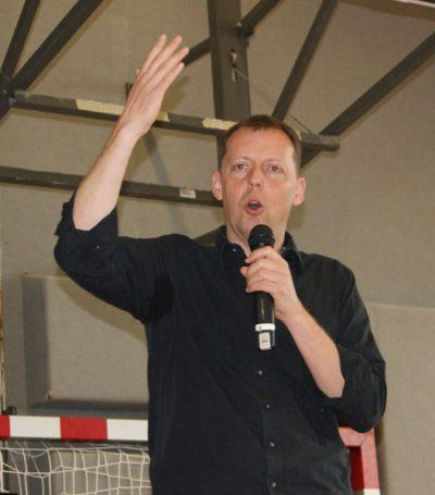 Kabarettist Ingo Vogl in der HAK Neusiedl am See