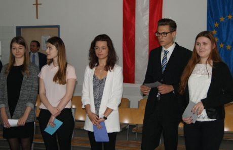 Schülerinnen bei Präsentieren3