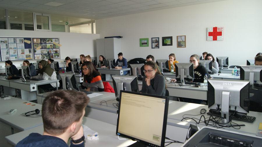 Schülerinnen und Schüler bei der SAP Zertifizierung in der HAK Neusiedl am See