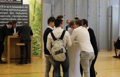 Uebungsfirmamesse_Schueler bei der Diskussion