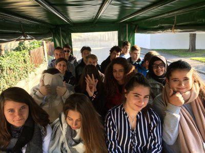 Schülergruppe in der Kutsche