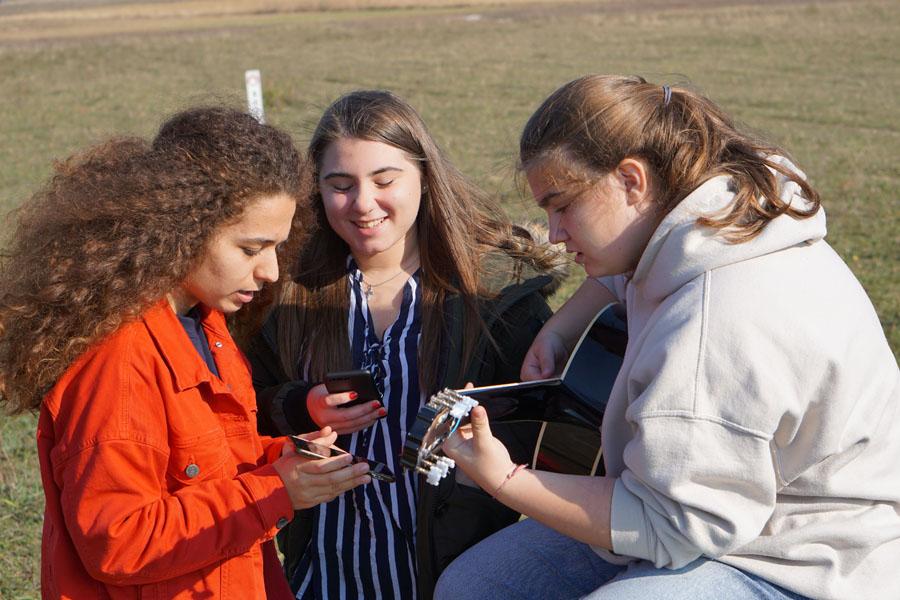 Schülerinnen beim Singen