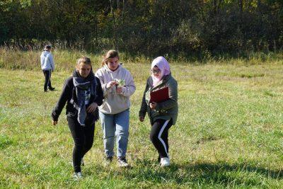 Schülerinnen Blumenwiese