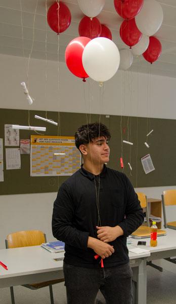 Schüler bei den Vorbereitungen Luftballon steigen lassen