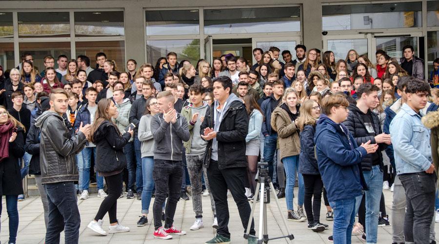 Schülerinnen und Schüler vor der Schule