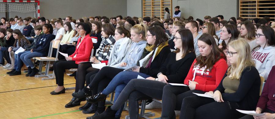 Schülergruppe bei der Messe