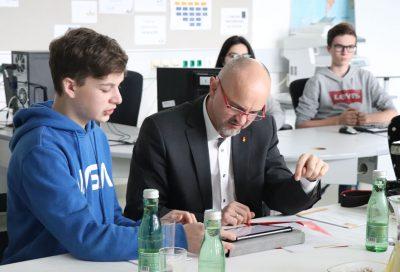 Pressekonferenz HAK Neusiedl mit Tablet