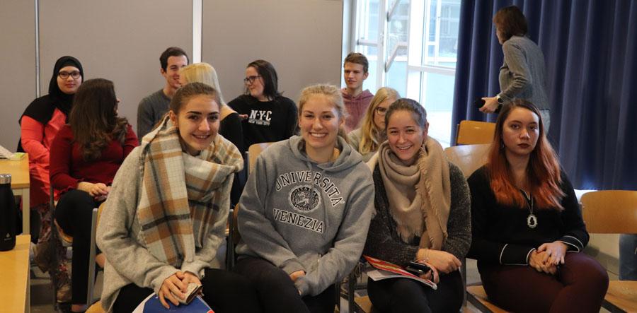 Schülerinnen beim Vortrag Controlling