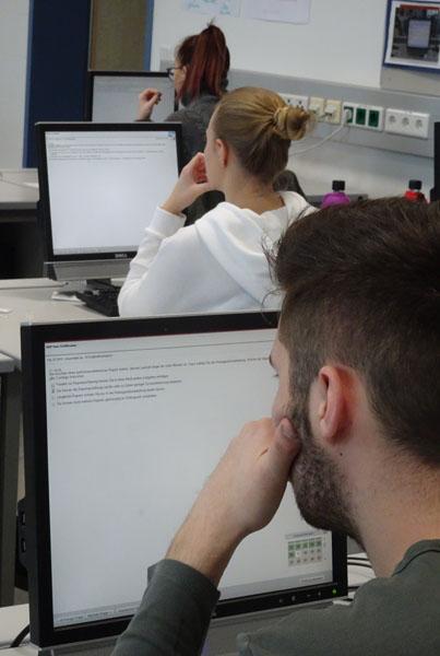 Schüler bei der SAP-Prüfung