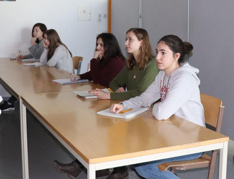 Schülerinnen beim Vortrag